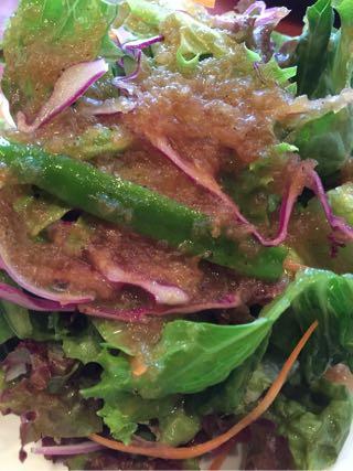 サラダはもちろんオリジナルのドレッシングで食べる。ばりうま!